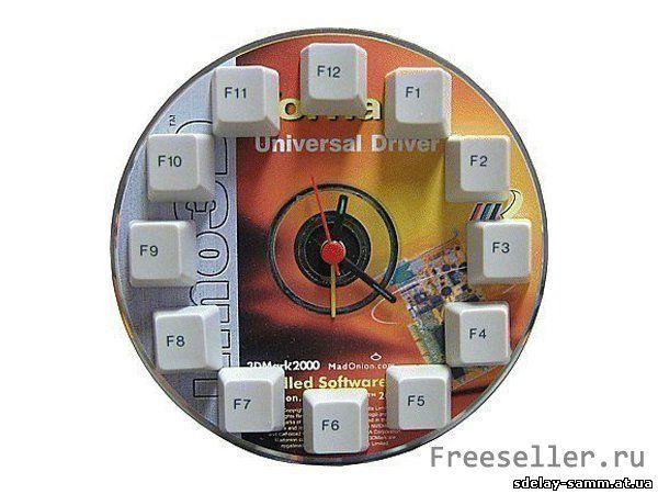 Часы из компакт диска и клавиатуры